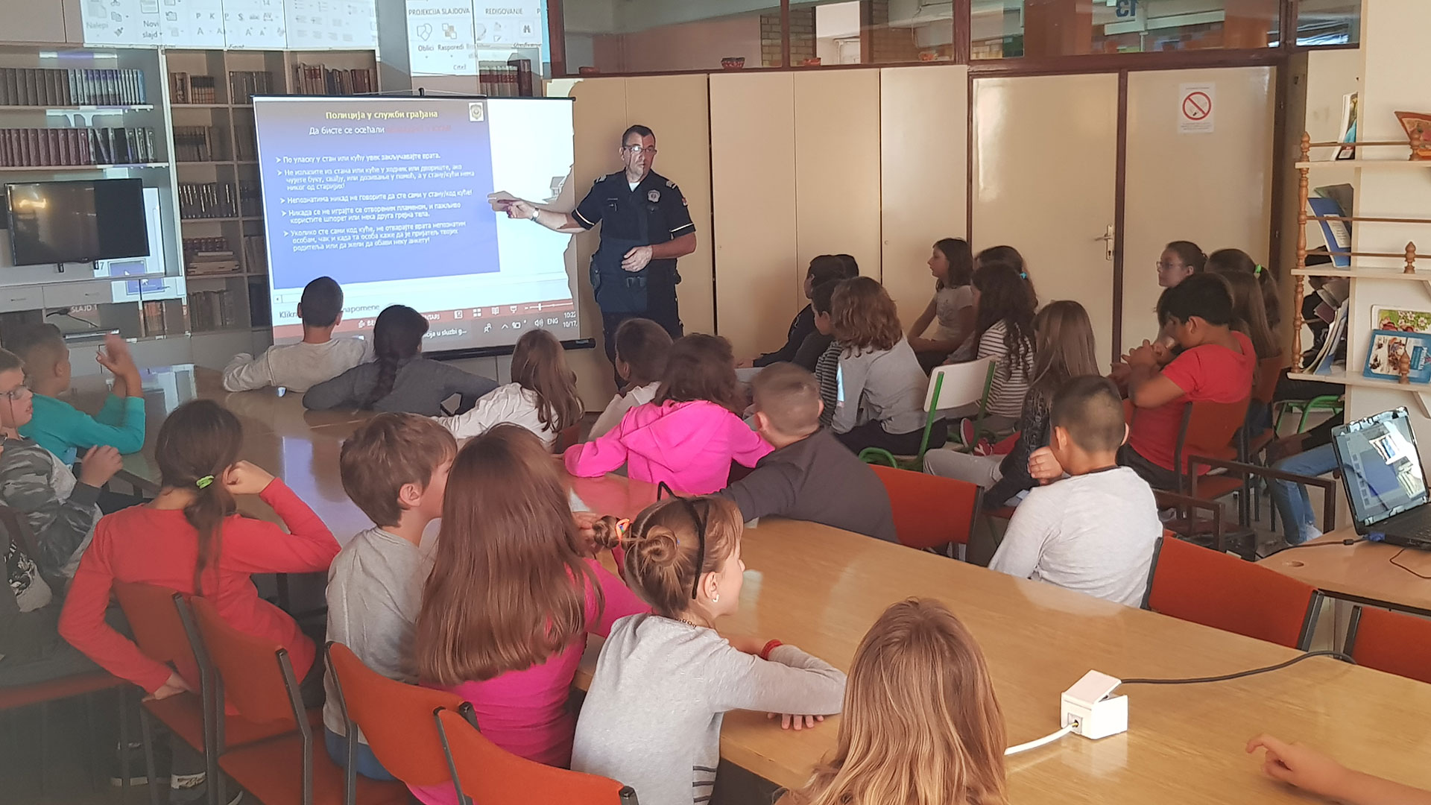 """U saradnji sa MUP Apatin, policijski službenik Đorđe Jovanić, u protekla tri dana, održao je predavanja za sve IV razrede u okviru projekta """"Osnovi bezbednosti dece"""" sa temom """"Policija u službi građana"""""""